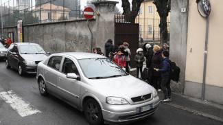 Melzo, stop alla sosta selvaggia davanti a scuola