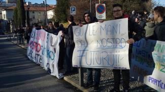 Chiudono i laboratori, studenti dell'Isis protestano contro la Provincia