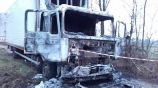 Camion rubato, svuotato e bruciato nel Parco del Roccolo