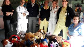 Ospedale di Cremona, peluche in dono ai piccoli pazienti di Pediatria
