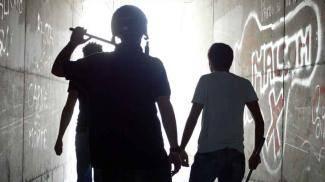 Rissa tra latinos, botte a scuola con bastoni e catene: un ferito e 4 arresti