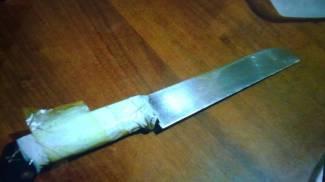 Il coltello sequestrato al 19enne accusato di tentato omicidio in via Padova